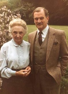 Joan as Miss Marple in The Body In The Library with Moray Watson as Colonel Bantry Best Mysteries, Cozy Mysteries, Murder Mysteries, English Actresses, Actors & Actresses, Agatha Christie's Marple, Bbc Tv Shows, Tv Detectives, Miss Marple