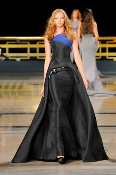 Stephane Rolland Fall Couture collection was influenced by the red carpet. Great sense of cut and texture of Rolland R… Stephane Rolland, French Fashion Designers, Vogue Fashion, Fashion 2017, Runway Fashion, Fashion Women, Haute Couture Fashion, Couture Collection, Beautiful Gowns