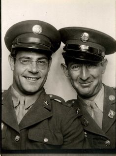 Vintage WWII servicemen in Photobooth Vintage Photographs, Vintage Images, Black White Photos, Black And White, Vintage Magazine, Vintage Photo Booths, Photos Booth, Time Pictures, Interesting Faces