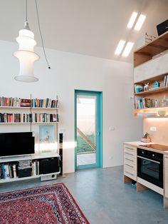 Il progetto di una piccola casa ispirato a un'architettura tradizionale, con gli ambienti divisi da una struttura in legno.