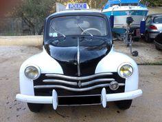 Renault 4CV Police - 1954 Kleur: zwart-wit In de jaren '50 en '60 een bekende verschijning in de grotere steden in Frankrijk, deze Renault 4CV met de bijnaam 'Voiture Pie' (de Ekster).  Benzine - handgeschakeld - afgelezen tellerstand 87.000 km Heeft op zijn tijd zijn onderhoudsbeurten gehad. Carrosserie en lak in goede staat. Staat op normaal Frans kenteken, dus geen oldtimerkenteken. Keuring zal worden gedaan voor overdracht.  Dit voertuig kan bekeken en afgehaald worden in ...