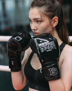 Get it all out 👊🏻 Sport Boxing, Boxing Girl, Women Boxing, Female Boxing, Girl Boxers, Female Martial Artists, Foto Pose, Strong Girls, Gym Girls