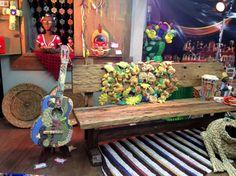 Violão cenográfico (escultura & patch work na Mega artesanal 2014- Palco Sustentável- SR. BRASIL/ TV Cultura) By Mara Morelli/SP