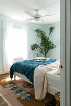 fotos sobre como decorar una habitacion en estilo bohemio moderno, paredes en azul claro y detalles en rosado y azul Girls Bedroom, Ideas Para, Interior Decorating, New Homes, House Design, Living Room, Furniture, Home Decor, Fitness