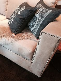 Buscando sillones encontré esta hermosura de tachas niqueladas ⭐️ en Mio Home Las Lomitas