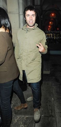 Is Liam Gallagher going to brother Noel Gallaghers Manchester gig - Manchester Evening News Visit us at DisconnectedHair for more great ideas. Noel Gallagher, Liam Gallagher Oasis, Liam Gallagher Jacket, Long Curly Hair, Curly Hair Styles, Wavy Hair, Stone Island Parka, Music X, Britpop