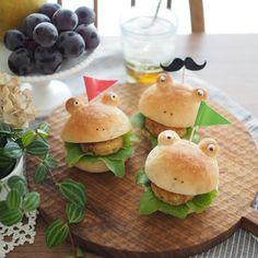 Instagram 上的 megu:「 * * Homemade veggie burgers🐸 * * ずっと雨なのはボクたちのせいじゃないケロ〜。 * 少し晴れ間が見えてきた。 この晴れ、信じていいのかなー😭 * 先日のくまパンはカエルになりました。 #2wayパン キャベツと豆腐のお焼きを挟んで。… 」 Mini Burgers, 2way, Hamburger, Bread, Ethnic Recipes, Instagram, Food, Mini Hamburgers, Breads