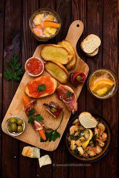 3 tapas españolas recetas: Gambas al Ajillo (camarones en salsa de ajo)   Gildas (anchoa, oliva y pimientos)   (Pan tostado con tomate)