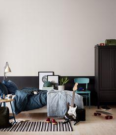 VEGG: JOTUN SENS 07 3i1 VEGG/PANEL/LIST 8470 SMOOTH WHITE ØVRE DEL 9938 DEMPET SORT NEDRE DEL SKAP: 9938 DEMPET SORT STOL: 6084 SJØSMARAGD Hanging Canvas, Artist Canvas, Art Pieces, Gallery Wall, Minimalist, Layout, Bedroom, Interior, Inspiration