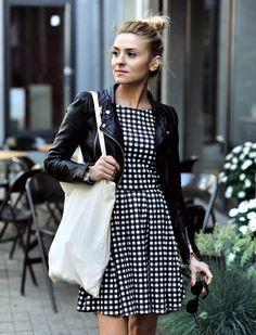 Jaqueta de couro preta Vestido acinturado, de corte mais aberto na saia.