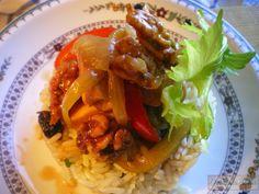 Fricasé de pollo con nueces caramelizadas y arroz con curry