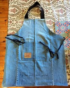 May 2019 - A quick post to share my denim apron pattern with you! These have been so popular that I scribbled the instructions into my journal so that I wouldn't lose them. The aprons can be sewn in any… Jean Crafts, Denim Crafts, Recycler Diy, Jean Apron, Gardening Apron, Sewing Aprons, Denim Aprons, Patterned Jeans, Denim Ideas