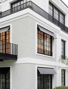 Si necesitas ideas para arquitectura para su proyecto de lujo, inspirado por mi selección Neoclassical Architecture, Modern Architecture House, Space Architecture, Classic House Exterior, Modern Exterior, Balcony Grill, Kerala Houses, Facade Design, Exterior Design