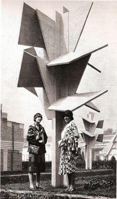 Mannequin de Sonia Delaunay devant l'arbre-sculpture en béton de l'architecte Robert Mallet-Stevens 1925 Sonia Delaunay, Robert Delaunay, Belle Epoque, Paris 1920s, Robert Mallet Stevens, Art Deco Artists, Cubist Artists, Arte Fashion, Ballet Russe