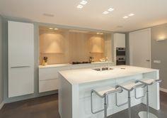 Moderne keuken in U-vorm met warm hout en stijlvolle vormgeving