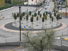 Impressie van het omkeerpunt op de hoofdstraat. De straat is doodlopend, daarom kan men aan het einde de auto ronddraaien. De rotonde zal groen ingevuld worden. - Tim