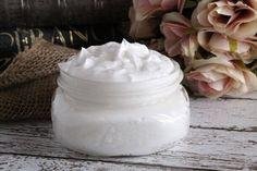 Si tienes cabello rizado, está crema rizadora casera será justo para ti! Usamos todo natural, gel de áloe vera, aceite de coco y manteca de karite.
