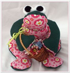"""'""""Pretty in Pink"""" Garden Frog' is going up for auction at 12pm Sun, Dec 9 with a starting bid of $5."""
