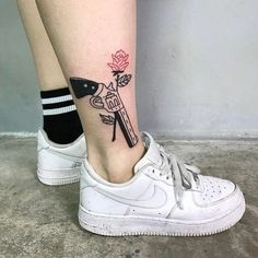 Guns N Roses👑✨ uploaded by Ky Boogie🙏🏾✨ on We Heart It Tattoo Drawings, Body Art Tattoos, Small Tattoos, Girl Tattoos, Tattoos For Women, Fake Tattoos, Tatoos, Forearm Tattoos, Piercing Tattoo