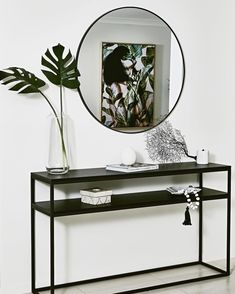 Interiors & Styling by: Laura Steele Branche Designs 📸 b… Reflections 😍 . Interiors & Styling by: Laura Steele Branche Designs 📸 by: . Hallway Table Decor, Hallway Decorating, Entryway Decor, Hallway Ideas, Black Entryway Table, Entryway Table Modern, Console Table Styling, Console Table Mirror, Flur Design