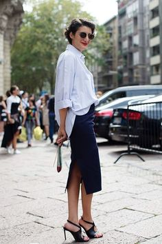 大人っぽいタイトスカートに白シャツを合わせていますが、きっちりインするのではなく、ゆるめにインしています。それだけできれいめコーデは保ちつつ、こなれ感と抜け感が出ますね。