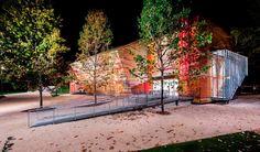 Revestimiento exterior de madera de colores en el Auditorio de L'Aquila. Renzo Piano.