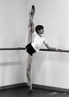 leotardsandbunheads:  forballerinas:  Gabriel Figueredo by Mario Veloso  OH. MY. DEAR.
