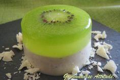 Je ne suis pas une grande fan des panna cotta, J'ai découvert il y a un petit moment cette recette sur une touche de rose Un vrai coup de cœur ! J'aime beaucoup la présentation avec ce kiwi pris dans une petite gelée de citron vert et le mariage des saveurs...