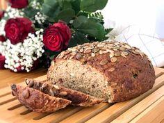 Sportlimpa är en grov limpa med lingon och frön. Jag har använt chiamjöl och teffmjöl som är rika på mineraler som zink, järn och kalcium. Chiafrön i brödet ger också ett extra tillskott... Snack Recipes, Healthy Recipes, Snacks, Bread And Pastries, Fika, Bread Baking, A Food, Healthy Eating, Healthy Food