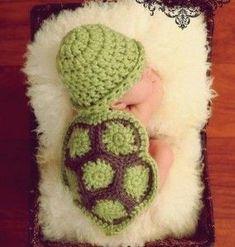 Roupinha de tartaruga feita de croche para ensaio fotografico