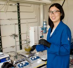 MPC-CMSE Summer Scholar Victoria Yao shows a mixture of sodium thiosulfate being…