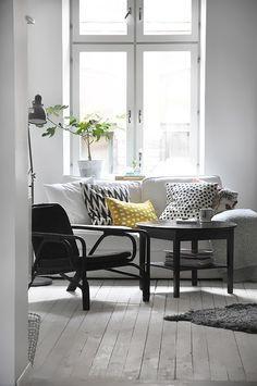 Petit coin salon, coussins moelleux et motifs toniques. On a envie de s'y installer