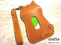 Porte cartes Leather Art, Leather Gifts, Leather Card Case, Leather Bags Handmade, Leather Tooling, Leather Wallet, Leather Diy Crafts, Leather Projects, Cute Keychain