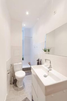Schmales, aber supermodern eingerichtetes Badezimmer mit Dusche, Toilette, Waschbecken und Spiegel. #Einrichtung #Altbau #saniert