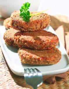 Takie kotleciki będą dobrze smakować z dodatkiem sosu, zwłaszcza grzybowego lub pieczarkowego. Jeśli trudno Ci je formować, możesz dosypać do masy jeszcze trochę bułki lub zwilżyć dłonie wodą.  Kotleciki z kaszy gryczanej  1 szklanka kaszy gryczanej 300 g białego sera 2 jajka 3 łyżka masła 3 łyżki posiekanej natki pietruszki 3 łyżki tartej bułki 2 łyżki oleju sól pieprz