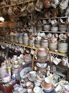 Those on the hunt for a bargain need look no further than our hitlist of the best flea markets in London when planning your shopping route. Best Markets In London, London Market, London Places, London Shopping, Paris Flea Markets, London Food, London Pubs, Shopping Travel, Italy Travel