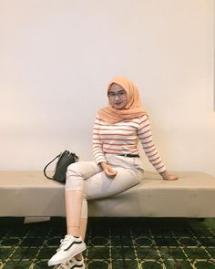 Hijab Jeans, Indonesian Girls, Hijab Chic, Girl Hijab, Beautiful Hijab, Asia Girl, Girls Jeans, Way To Make Money, Hijab Fashion
