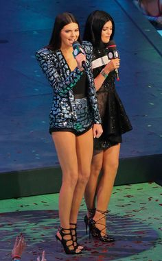 Legs For Days from Kendall Jenner's Best Looks Kendall flaunts her toned legs in a metallic, snakeskin-printed blazer and matching hot pants while hosting the MuchMusic Video Awards with her sis Kylie Jenner. Moda Kylie Jenner, Kendall Jenner Estilo, Kendall E Kylie Jenner, Kylie Jenner Style, Kourtney Kardashian, Estilo Kardashian, Kardashian Style, Jenner Girls, Jenner Sisters