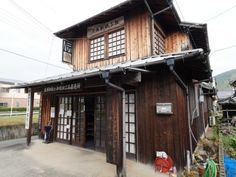 At the historical quartier in Uchiko, one can observe the artistic creation of Japanese candles in the Omori workshop. Japan Tourism, Japan Travel, Stuff To Do, Things To Do, Go Hiking, Japanese Culture, Cabin, Traditional, Explore