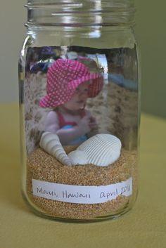 un pot en verre, une photo, du sable,des coquillages = et voilà un souvenir de vacances