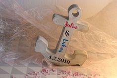 """Der Anker aus Beton hat eine ganz besondere Symbolkraft und lässt sich zu vielen verschiedenen Anlässen verschenken. Durch den Aufruck des Namens wird der Anker zu einem ganz besonderen persönlichem Geschenk.  Alle Produkte sind mit viele Liebe von Hand hergestellt und können bei Bedarf mit Namen und/oder Datum """"bedruckt"""" werden mit der Fototransfer-Technik.  Den schönen Anker aus Beton gibt es in der Größe: 16 × 3 × 19 cm (Breite x Dicke x Höhe). Foto Transfer, Communion, Diy For Kids, Beautiful Gifts, Keepsakes, Personalized Gifts"""