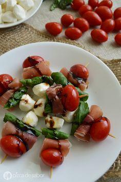 Brochetas caprese (tomate, mozzarella, jamón serrano y albahaca) www.pizcadesabor.com