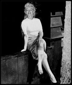 """1953 / Lors du tournage de """"River of no return"""", Marilyn s'étant blessée à la cheville lors des répétitions d'une scène du film."""