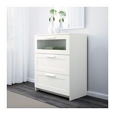 IKEA - BRIMNES, Komoda, 3 szuflady, czerwony/szkło matowe, , Twój dom powinien być oczywiście bezpieczny dla całej rodziny. Dlatego dołączone okucia zabezpieczające umożliwiające przymocowanie komody do ściany.Płynnie wysuwane szuflady z blokadą