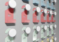 Una maniglia ed un cartellino per porte sono in realtà un appendiabiti. iotueglinoivoiessi vuole essere la personalizzazione estrema di questo accessorio presente in tutte le nostre case. Il cartellino, oltre ad identificare può servire sia come piccolo portaoggetti per chiavi o altro, oppure come secondo appendino. Realizzato con lamiera d'acciaio verniciata iotueglinoivoiessi prevede maniglie sempre bianche, e cartellini disponibili in sei colori oppure in un pack multicolore ma…