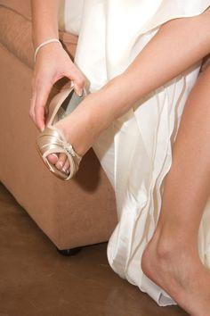 Coin mariage  Cette chaussure est parfaite pour...  1. plein air mariages 2. confort 3. quand vous ne voulez pas être plus grand que le marié !  Talon 1 Orné dun Cristal étincelant sur lorteil.   CHOIX des couleurs ~ Champagne/montré Choisissez parmi les nuanciers - plus de 200 couleurs http://www.etsy.com/shop/Parisxox?section_id=7067574   DIMENSIONNEMENT et blanc chaussure SERVICE  Bien que nous nous sentons les chaussures fit « True To Size »... Nous recommandons que vous achetez…