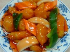 Materials:  -1 cup carrot (cut into cubes) - 1 piece Capsicum (four corners cut) - 2 pieces tomato (cut into cubes) -8 pieces of chicken breast meat - 1/2 teaspoon pepper powder - 1 cup sweet and sour sauce - Two large onions grated - 1 teaspoon of ginger paste