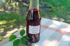 Jak připravit zdravý ostružinový sirup Sauce Bottle, Beer Bottle, Home Canning, Alcoholic Drinks, Rose, Glass, Syrup, Pink, Drinkware
