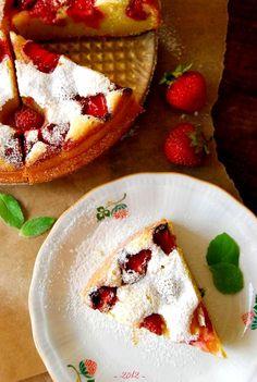 ?+?++Pyszne,+wilgotne,+proste+ciasto+z+dużą+ilością+jogurtu+greckiego,+pachnące+latem+i+truskawkami.+Posypane+cukrem+pudrem+przypomina+mi+smak+dzieciństwa.+Polecam+do+popołudniowej+kawy+Źródło+przepisu:+Ola++Składniki:+500+g+truskawek+250+g+mąki+2+duże+jajka+6+łyżek+cukru+1,5+łyżeczki+proszku+do+pieczenia+125+…
