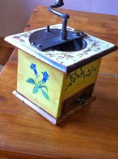 Ancien moulin à café, peint décor fleurs de montagne.